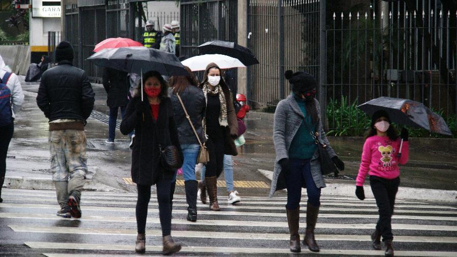Para o sábado, 5 de setembro, a frente fria deixa o tempo chuvoso no oeste e sul de Santa Catarina
